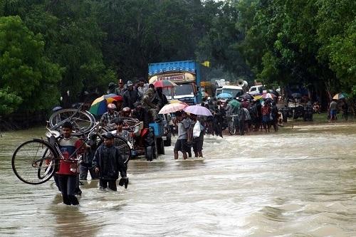 People_fleeing_floods_on_Sri_Lanka_(1)